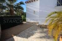Villa avec piscine, parking, climatisation et terrasses sur un terrain d'angle sur Monte Pego - entrée