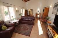 Villa avec piscine, parking, climatisation et terrasses sur un terrain d'angle sur Monte Pego - Salon