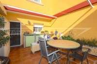 Casa adosada con patio y calefacción por suelo radiante en el corazón de Benidoleig - Terraza con toldo