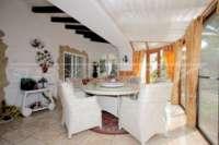 Chalet espacioso en zona idílica y privada con fantásticas vistas al mar en Benidoleig - Terraza acristalada