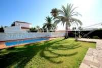 Villa de style rustique sur un grand terrain en bord de mer à Els Poblets - Pelouse verte