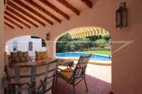 Villa mit Ausbaupotential und herrlichem Blick auf das azurblaue Mittelmeer am Monte Pego - Überdachte Terrasse