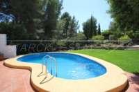 Villa mit Ausbaupotential und herrlichem Blick auf das azurblaue Mittelmeer am Monte Pego - Schwimmbad