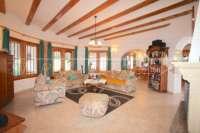 Villa mit Ausbaupotential und herrlichem Blick auf das azurblaue Mittelmeer am Monte Pego - Wohnzimmer
