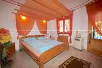 Villa mit Ausbaupotential und herrlichem Blick auf das azurblaue Mittelmeer am Monte Pego - Hauptschlafzimmer